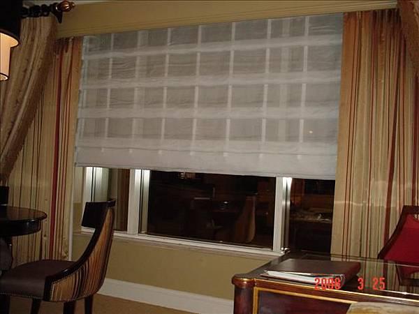 用遙控器來控制的窗簾
