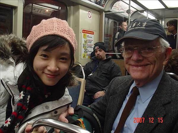 頭戴清華大學帽子的美國教授 中文說得很好