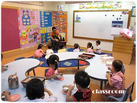 第一天上課~快快吃完飯專心聽講的女兒(面對Teacher Allen右三)
