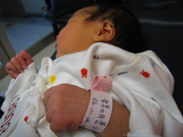 961128出生第三天在新光餵奶室1.JPG