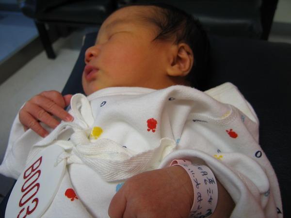 961128出生第三天在新光餵奶室2.JPG