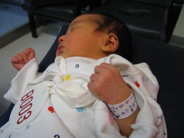 961128出生第三天在新光餵奶室3.JPG