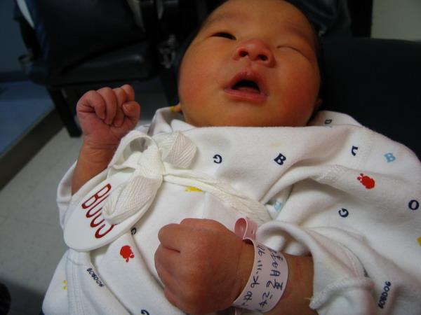 961128出生第三天在新光餵奶室8.JPG