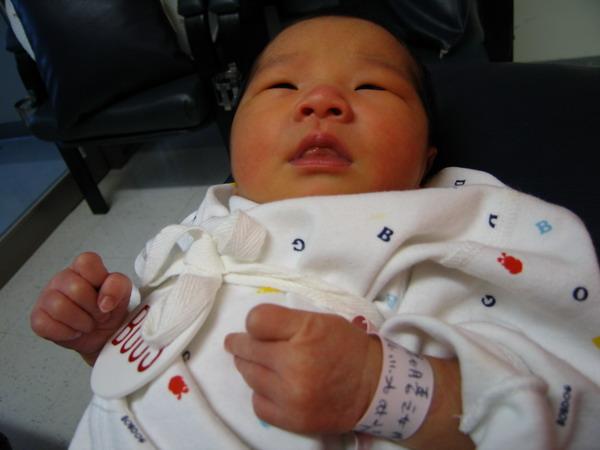 961128出生第三天在新光餵奶室9.JPG