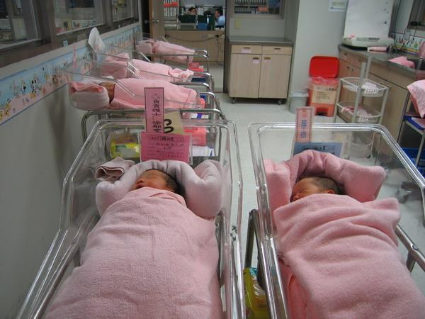 嬰兒床同學2.JPG