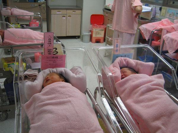 嬰兒床同學1.JPG