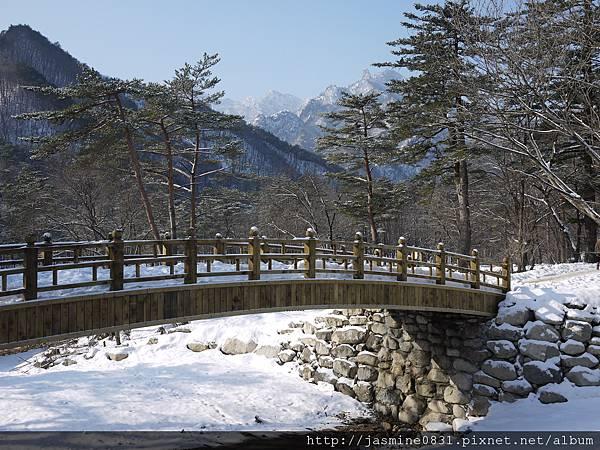 古色古香的橋襯著冰凍的河