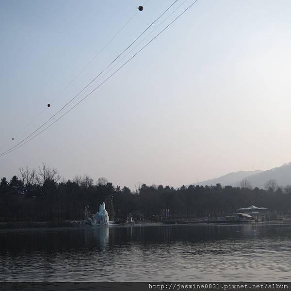 湖面上都看的到冰