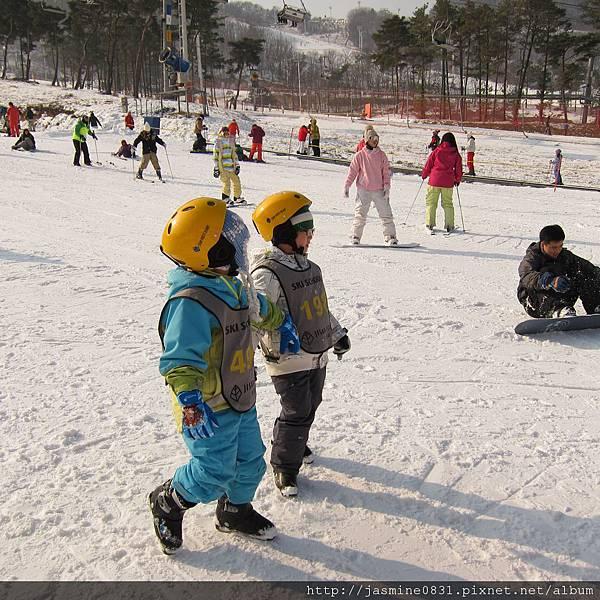 可愛的滑雪小朋友.JPG