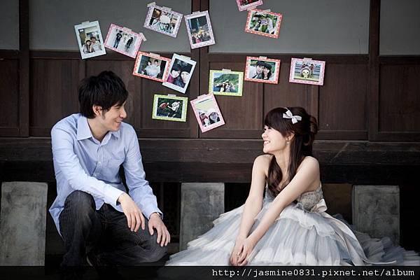 牆上貼滿了我們一起出遊的照片