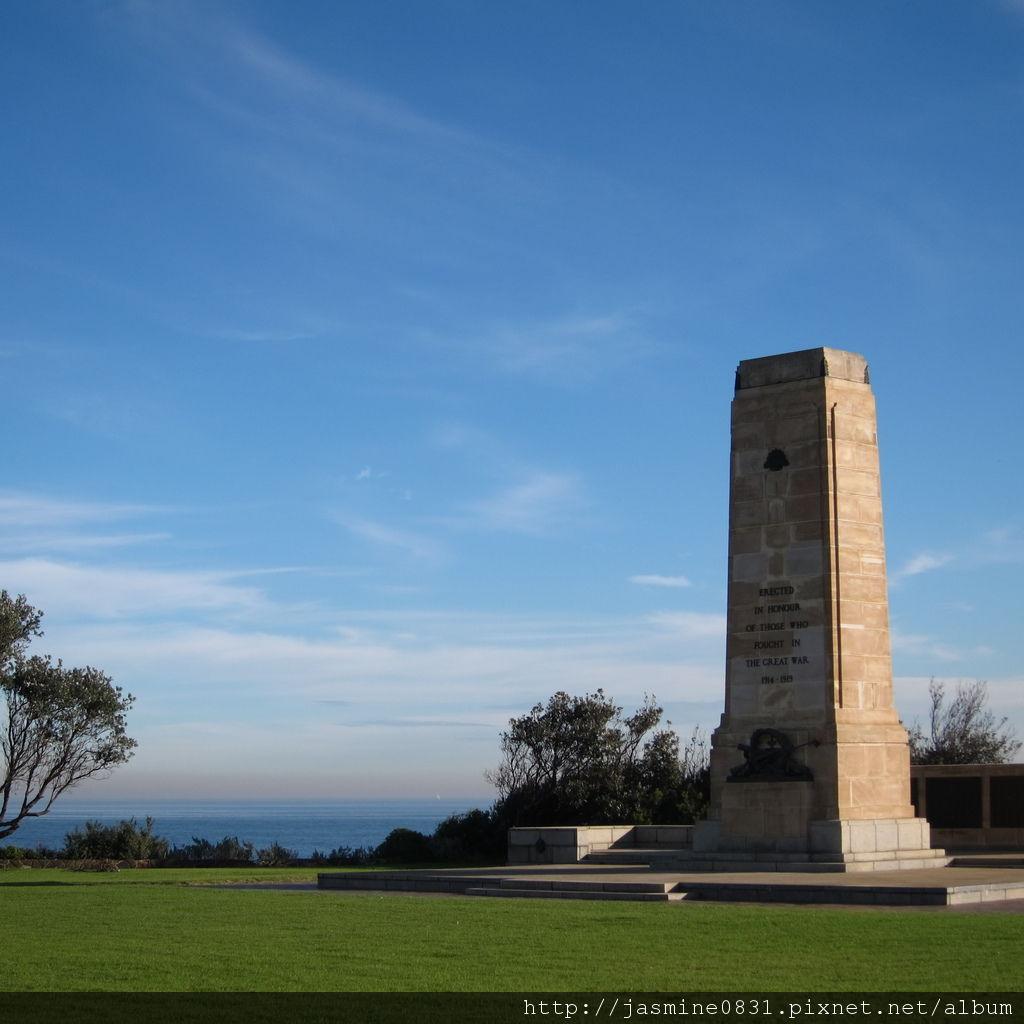 海邊的紀念碑