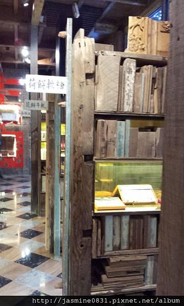 層層的舊書架 很有感覺