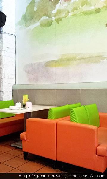 橘綠的沙發很搶眼