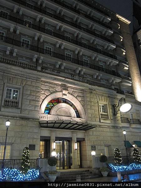 晚上的飯店門口 (2)