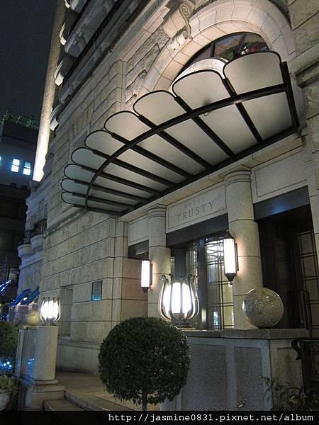 晚上的飯店門口
