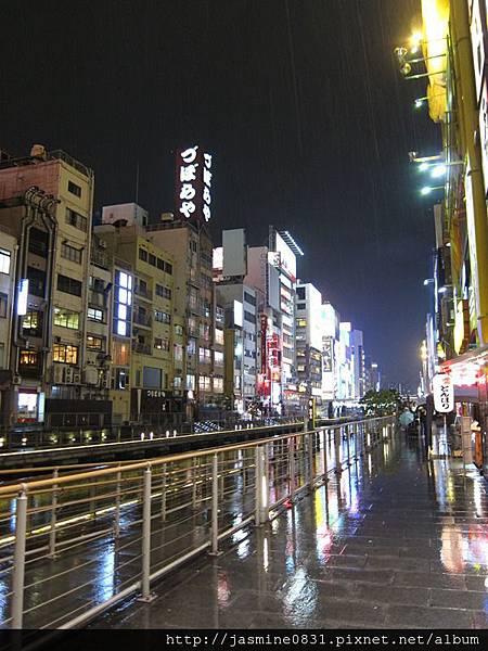 雨中的河岸商店
