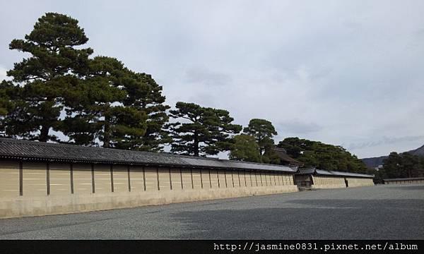 京都御所長長的城牆