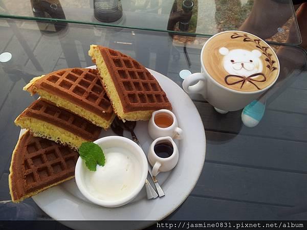 鬆餅+超可愛的小熊拉花咖啡