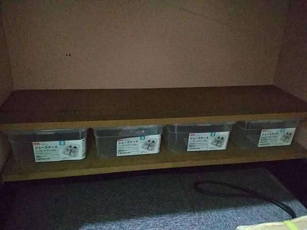 書桌下-大創三號鞋盒.jpg