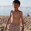 和拔拔在沙灘上玩飛盤