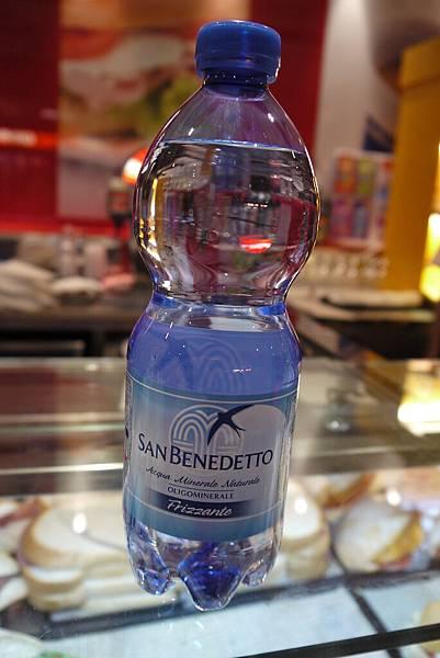 在機場買的第一瓶水