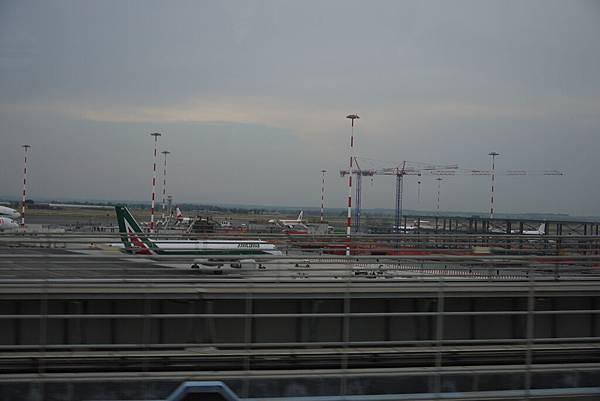 乘坐賓士BUS離開羅馬機場