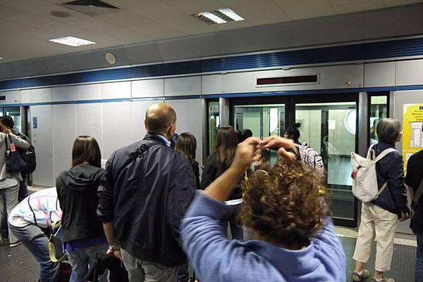 乘坐機場快線前往入境海關