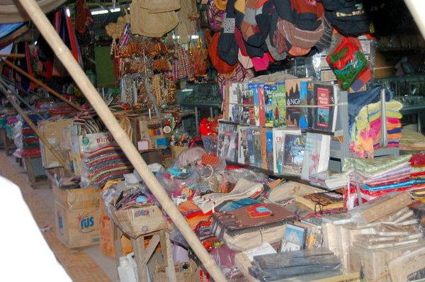 舊市場的盜版書攤