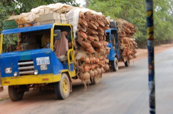 路上運送陶器的車輛
