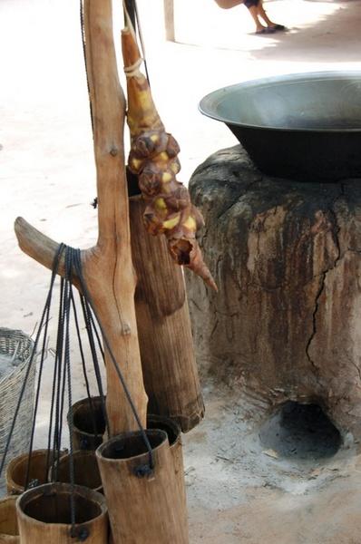 收集汁液的竹筒與汁液來源