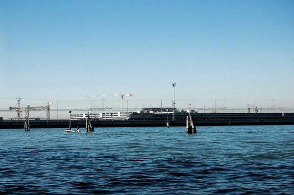 在海上奔馳的列車.jpg