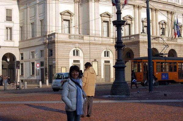 背景是出名的史卡拉歌劇院.JPG