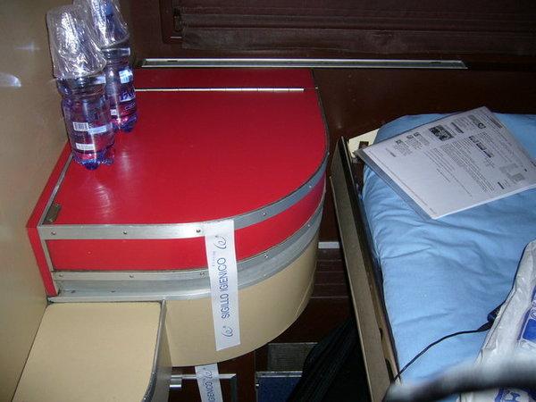 紅色蓋子打開是洗手槽唷.JPG