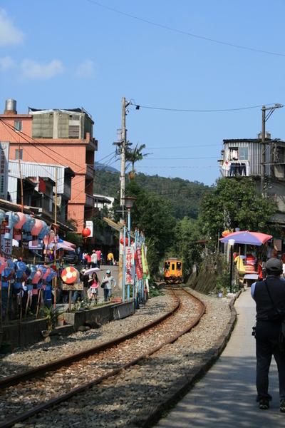 火車就行駛在小城鎮的旁邊