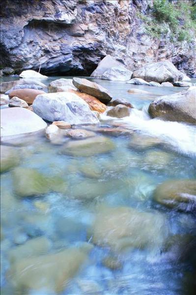 步道沿溪水而漸