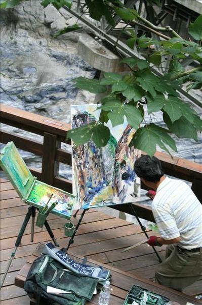 即席畫家趁著大雨之前趕工