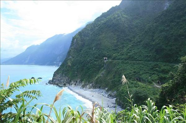 清水一帶斷崖,可以清楚看到公路和鐵道的入口