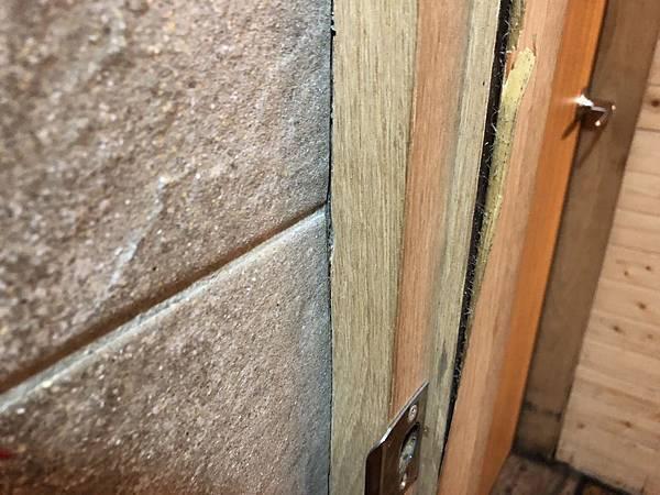 木工貼皮翹起來的狀況 與 浴室木框常遇到的問題 (8).JPG