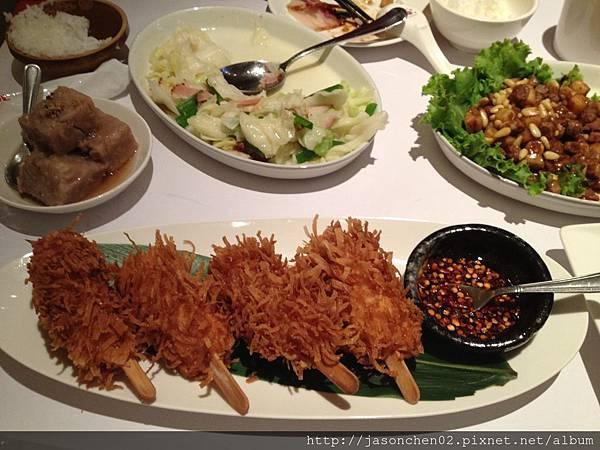 棒棒蝦與豐盛的一桌