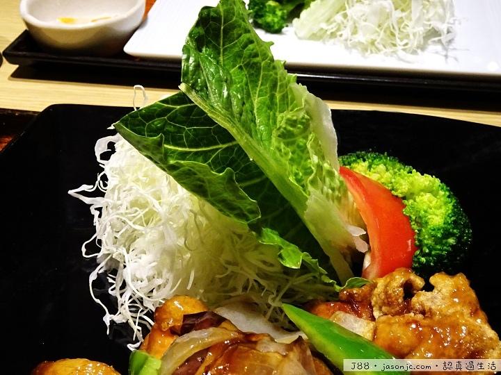 大戶屋(OOTOYA)雞肉蔬菜燴黑醋醬、炭烤雞肉香橘醋、鱈魚蔬菜燴黑醋醬定食和烏龍湯麵 | 台北市中正區