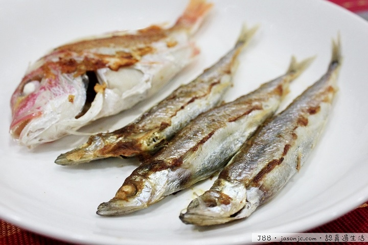 香酥柳葉魚、鹽煎紅目鰱、椒煎肉片、薑絲蝦米絲瓜、紅蘿蔔炒高麗菜和辣炒桂竹筍晚餐