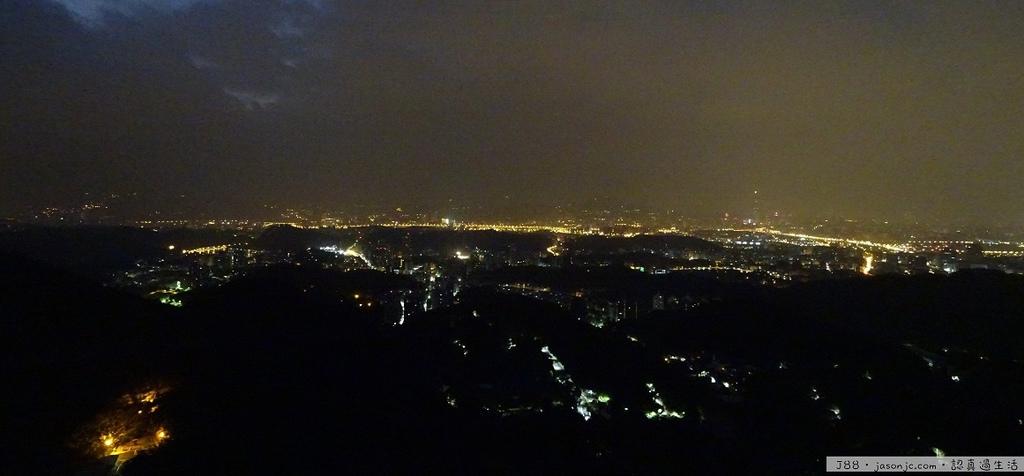 在10度低溫的碧山巖廟埕看睡夢中的台北盆地夜景 | 台北市內湖區
