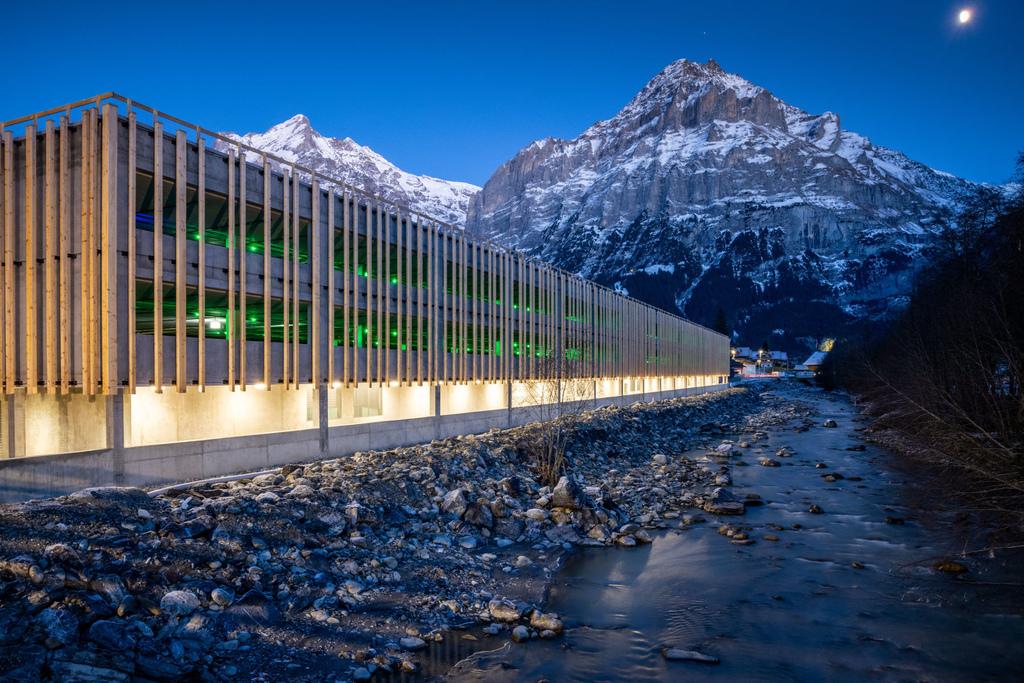 11 Grindelwald-Terminal-Parkhaus-Aussenaufnahme-Maettenberg-Abend.jpg