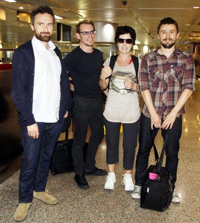 愛爾蘭搖滾樂團小紅莓合唱團29日搭機抵台,將於30日晚間在南港展覽館開唱。右2為女主唱桃樂絲。.jpg