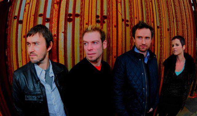 愛爾蘭搖滾樂團小紅莓將於本週六(30日)晚間在台北舉辦演唱會。(圖/環球音樂提供).jpg