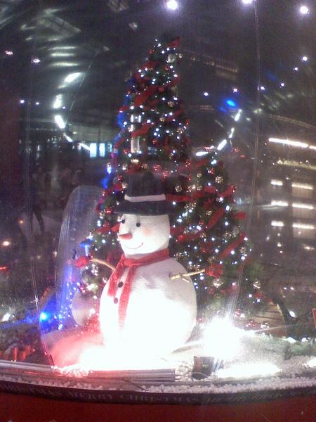 新光三月門口的聖誕球