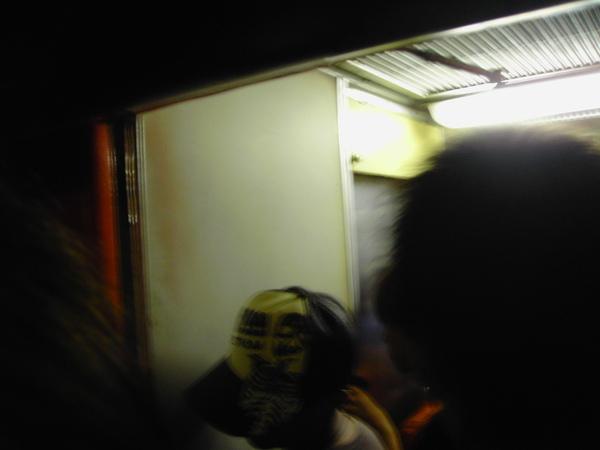 擁擠的火車上