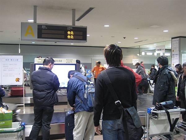 心急如焚的等待寶貝吉他還因此掉了護照還不知道的劉小隆