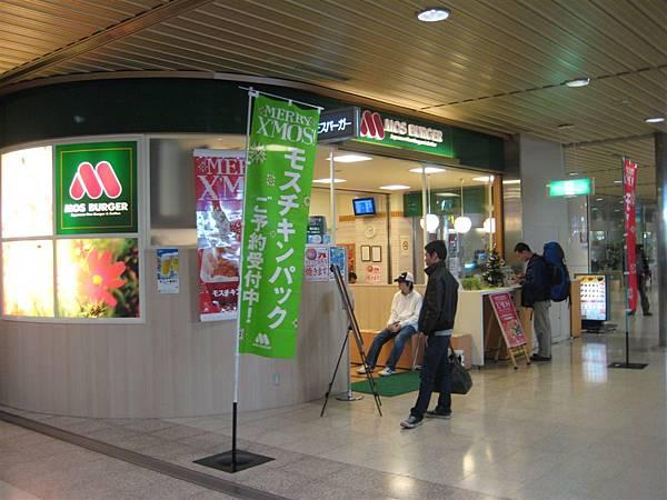 日本的MOS Burger都是綠色招牌耶