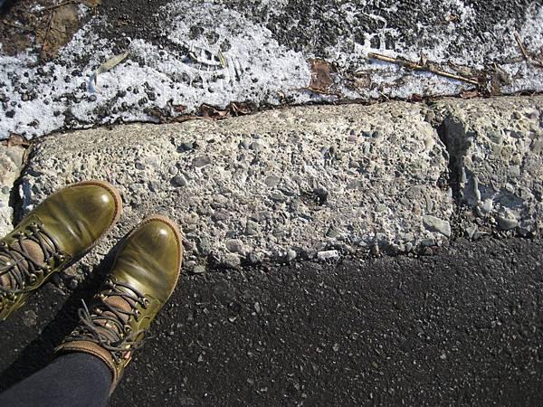 路邊有一點點積雪
